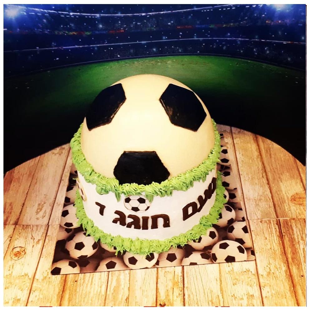 עוגת טורט גבוהה בכיסוי כדורגל משוקולד